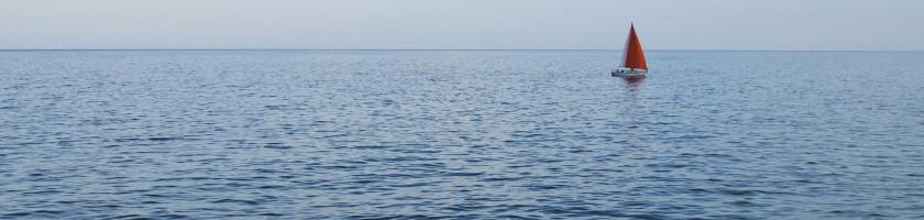 Das Meer mit einem einsamen kleinen Schiff