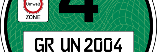 erlaubt (pressebereich: https://www.umwelt-plakette.de/de/info-zur-deutschen-umwelt-plakette/zusaetzliche-informationen/downloads-fuer-bilder.html)